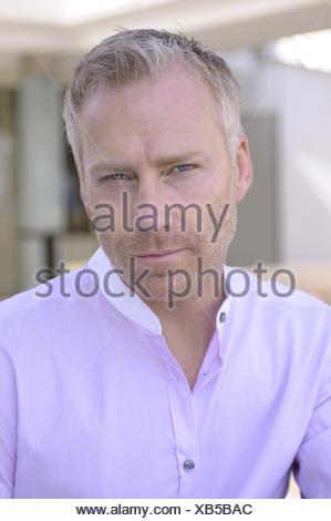 Homme, moyenne vieille personne, sérieusement, portrait, modèle libéré, Banque D'Images