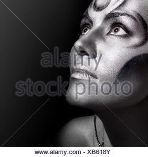 Close-up portrait of Beautiful woman with silver bodyart Banque D'Images