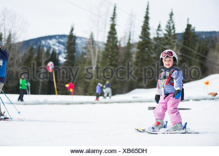 Little girl (2-3) Ski d'apprentissage Banque D'Images