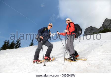 Couple de raquette en montagne