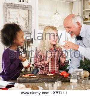 Family baking cookies de Noël ensemble Banque D'Images