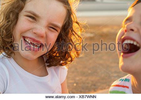 Deux enfants heureux de rire Banque D'Images