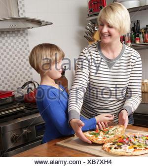 Mère et fille dans la cuisine la préparation des aliments Banque D'Images
