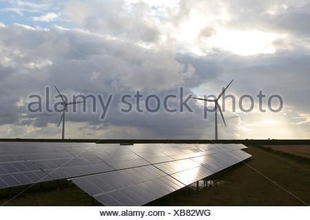 Friedrich-Wilhelm-Luebke-Koog, l'Allemagne, l'énergie solaire et les éoliennes du parc Banque D'Images