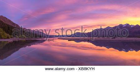 Le lac Wakatipu montagnes avec au lever du soleil près de Queenstown, Glenorchy, Région de l'Otago, Southland, Nouvelle-Zélande Banque D'Images