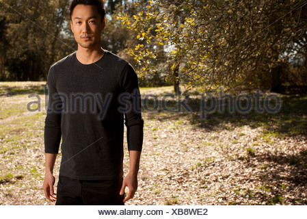 Man Walking in park Banque D'Images
