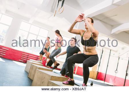 Les athlètes CrossFit faisant fort saute Banque D'Images