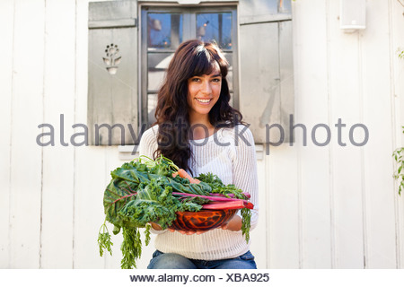 Portrait de jeune femme tenant des légumes Banque D'Images