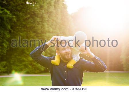 La Suède, Stockholm, Malmö, père tenant son (18-23 mois) in park Banque D'Images