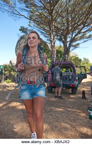 Jeune femme avec sac à dos de randonnée pédestre Banque D'Images