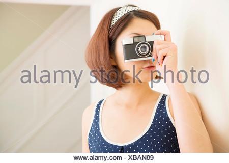 Woman taking photograph Banque D'Images