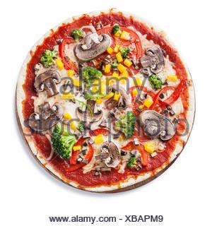 Pizza végétarienne avec champignons et ruccola sur fond blanc Banque D'Images