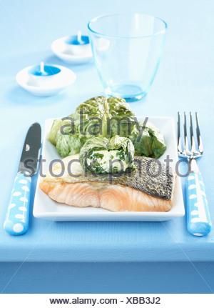 Saumon poêlé et laitue farcie au fromage de chèvre frais Banque D'Images