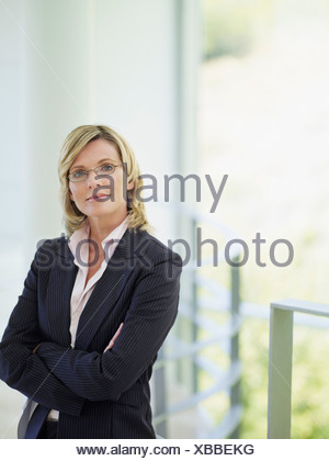 Businesswoman standing with arms crossed Banque D'Images