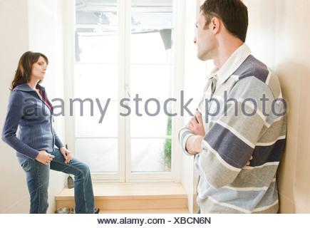 Couple ayant sérieusement question Banque D'Images
