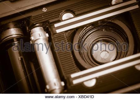 Vue de l'intérieur du vieux rétro caméra film 35 mm avec l'arrière couvercle ouvert, la lentille est montrant. Nostalgie photographique avec équipement photo à l'ancienne. Banque D'Images