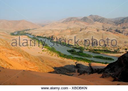 Donnant sur la rivière Kunene, à la frontière, Namibian-Angolan Kaokoveld, Namibie, Afrique