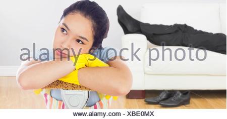 Image composite de femme perturbée s'appuyant sur une RDP Banque D'Images