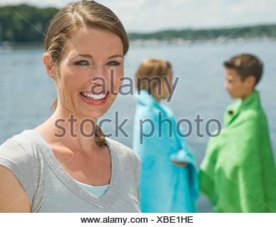 Mère et enfants sur un quai