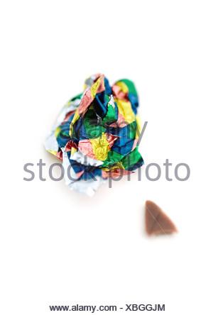 Wrapper bonbons froissé et petit morceau de chocolat Banque D'Images