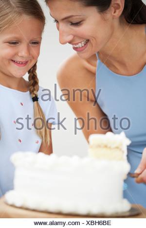 Mère et fille gâteau coupe Banque D'Images