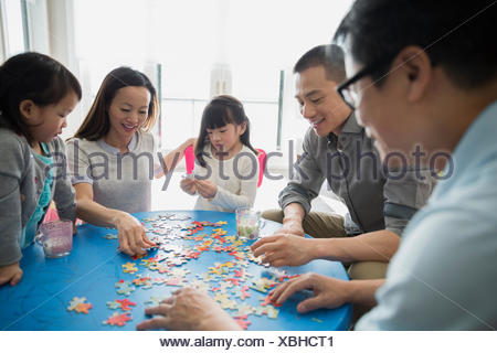 Multi-generation family assemblage Jigsaw Puzzle Banque D'Images