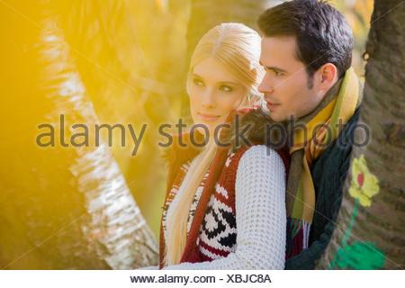 Couple aimant réfléchie à la voiture en stationnement Banque D'Images
