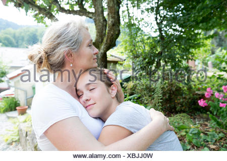 Mother and Daughter hugging Banque D'Images