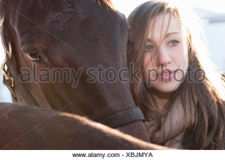 Close up of young woman avec les chevaux Banque D'Images