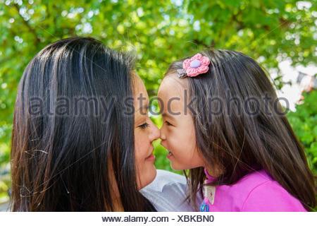 Portrait of mid adult mère et fille tout-petit nez à nez Banque D'Images