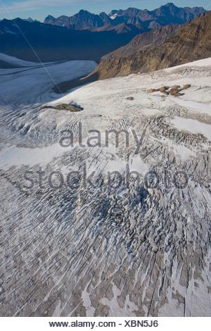 Vue aérienne de Glacier Eagle descendant dans la vallée de la rivière Eagle, Chugach State Park, Southcentral Alaska, automne Banque D'Images
