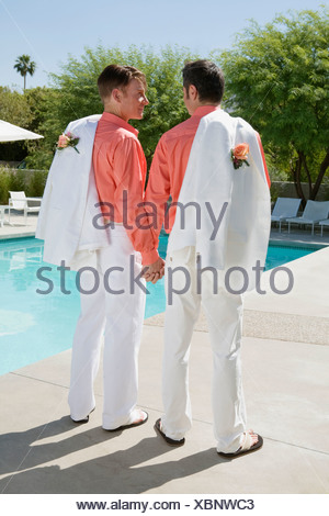 Young gay couple holding hands Banque D'Images