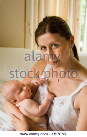 Maman avec bébé dans les bras Banque D'Images