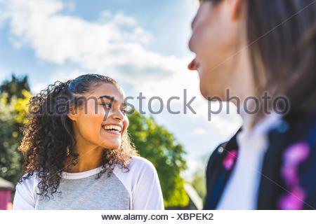 Deux jeunes femmes friends having fun dans Battersea Park Banque D'Images