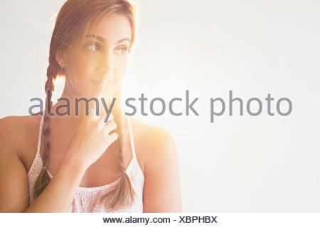 Portrait of young woman in studio Banque D'Images