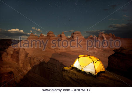 Tente à Delicate Arch dans Arches National Park. Banque D'Images