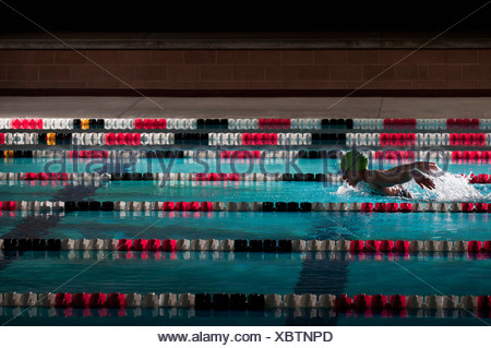 Woman swimming laps in pool Banque D'Images