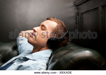 Man wearing headphones listening to music Banque D'Images