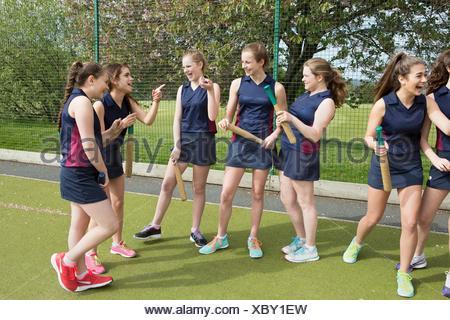 Groupe de filles sur les terrains de sport avec des battes de base-ball Banque D'Images