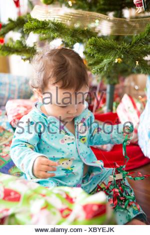 L'ouverture des cadeaux de noël bébé fille sur son premier Noël