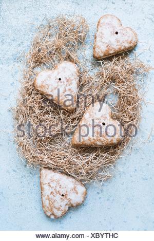 Vue de dessus d'épices biscuits en forme de cœur sur la paille Banque D'Images