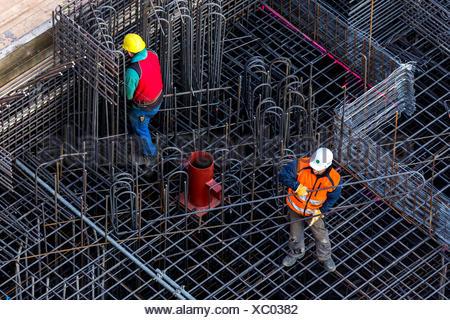 Les travailleurs de la construction d'armature en acier de traitement pour plafond en béton armé, Bavière, Allemagne Banque D'Images