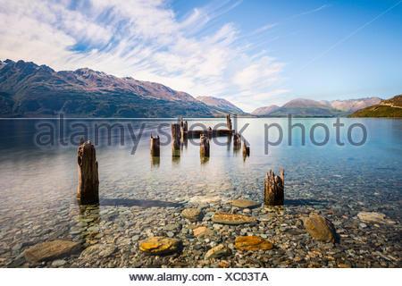 Jetée de pourri, vieux poteaux de bois dans le lac Wakatipu à Glenorchy, Région de l'Otago, Southland, Nouvelle-Zélande