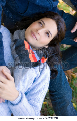Girl resting head on man's lap Banque D'Images