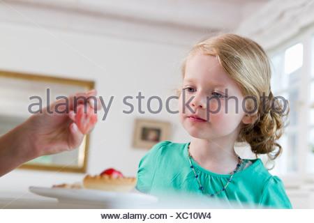 Femme fille d'alimentation petit-déjeuner Banque D'Images