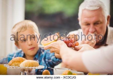 Close-up of hands passing plateau de fruits Banque D'Images