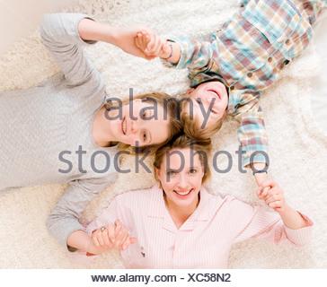 Femme enceinte, fille et garçon on bed Banque D'Images