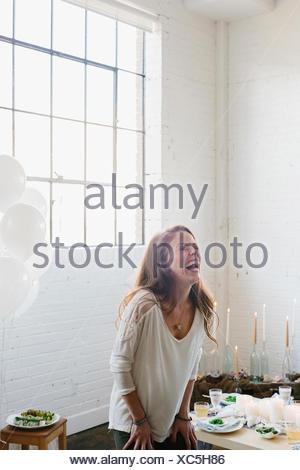 Une femme en riant. Banque D'Images