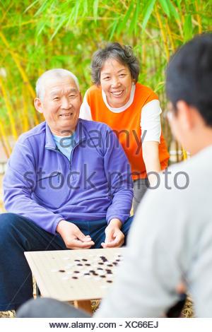 Les personnes âgées de sexe masculin gagner un jeu de société chinois .'weiqi' Banque D'Images