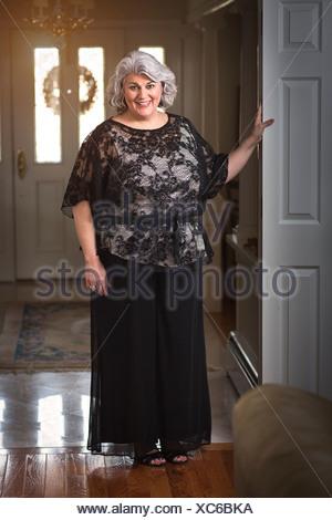 Portrait de femme mature bien habillé dans le couloir Banque D'Images